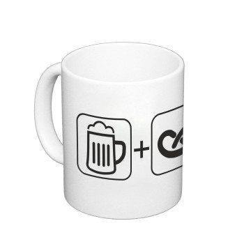 weißer Kaffeebecher: Bier + Brezel = Smiley